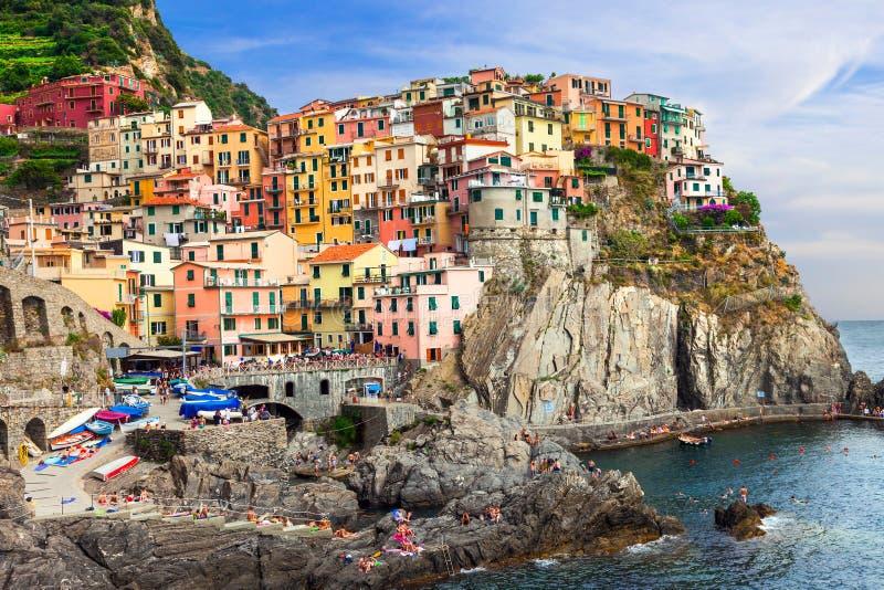 Beaux endroits de l'Italie - village coloré de Manarola dans Cinque image stock