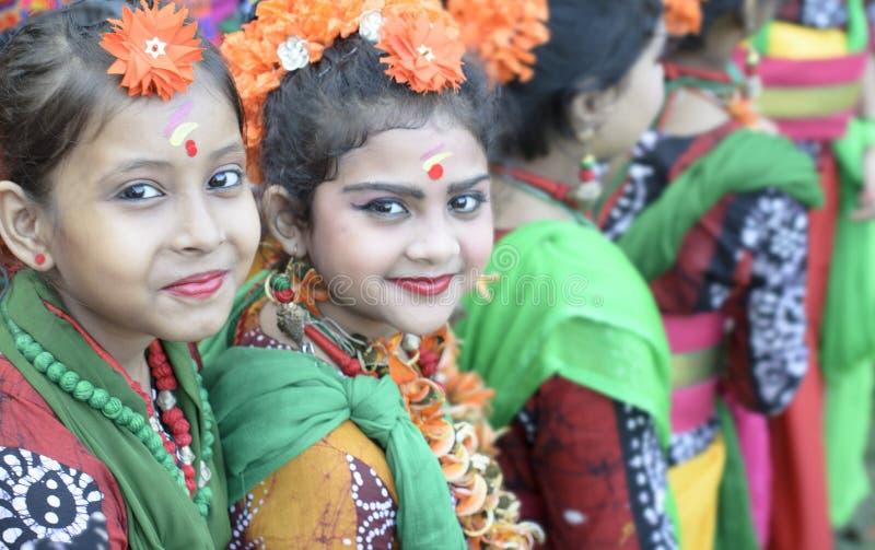 Beaux enfants de fille habillés pour danser et célébrer le holi en vert de golf de Central Park, kolkata image libre de droits