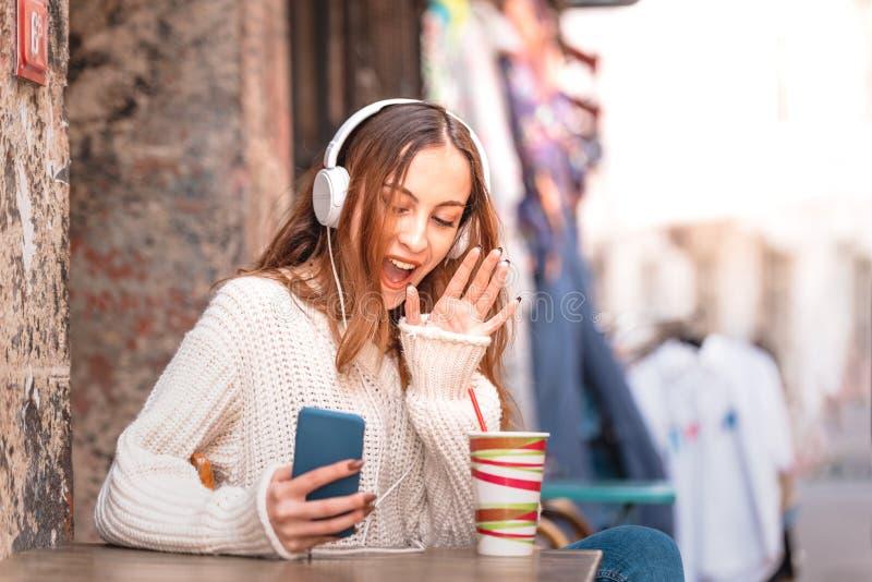 beaux entretiens attrayants de jeune fille au téléphone photographie stock libre de droits