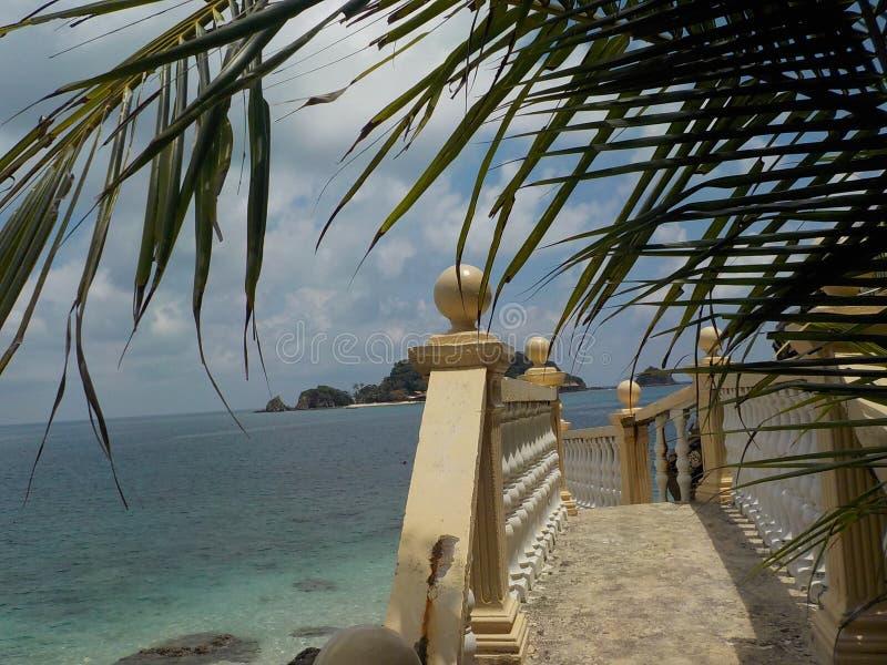 Beaux escaliers en pierre avec l'océan à l'arrière-plan, sur la plage de l'île de Pulau Kapas images libres de droits