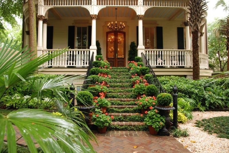 Beaux escaliers et yard avant de maison historique images stock
