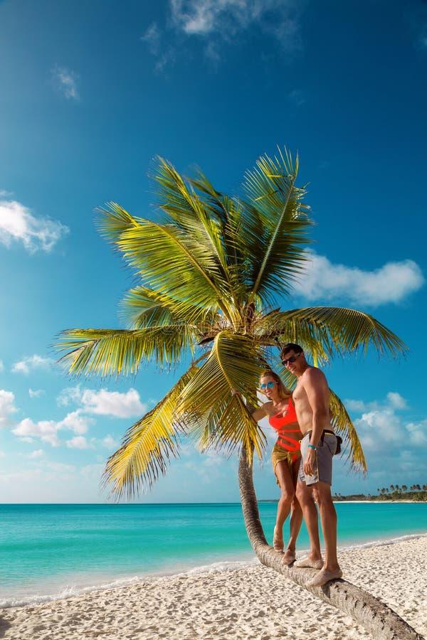 Beaux femme et homme, dans l'amour avec la plage des Cara?bes photos stock