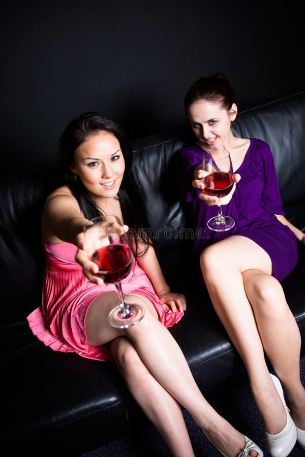Beaux femmes à une réception photos stock