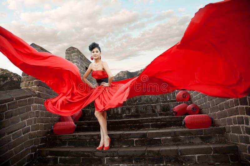 Beaux femmes avec le tissu rouge photos stock