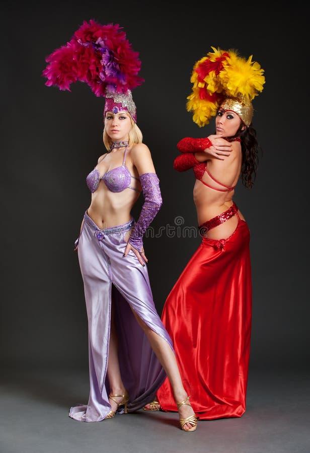 Beaux femmes de cabaret dans des costumes lumineux images libres de droits