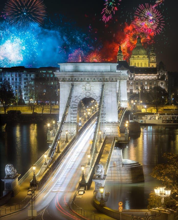 Beaux feux d'artifice au-dessus du pont à chaînes la nuit, Budapest, Hongrie photos stock