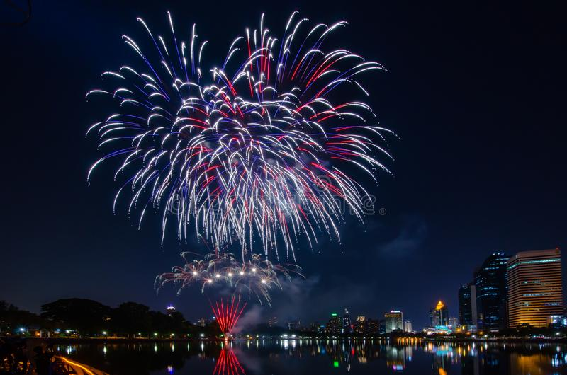 Beaux feux d'artifice colorés de vacances sur le fond noir de ciel images stock