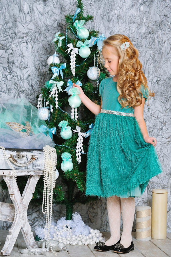 Beaux fille et arbre de Noël blonds image stock