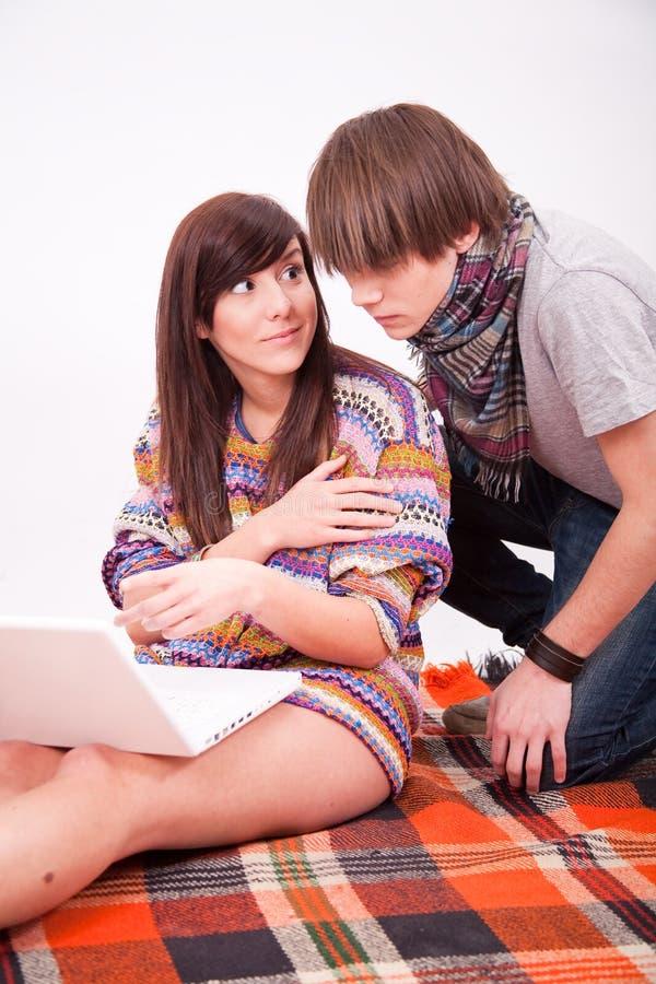 Beaux fille et garçon de l'adolescence avec l'ordinateur images libres de droits