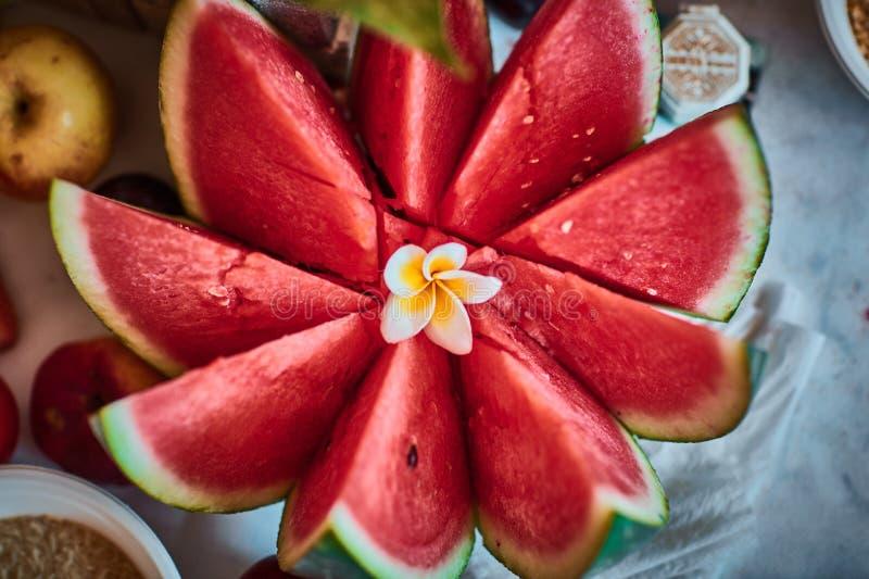 Beaux fruits coupés en tranches disposés avec le fond brouillé photographie stock libre de droits