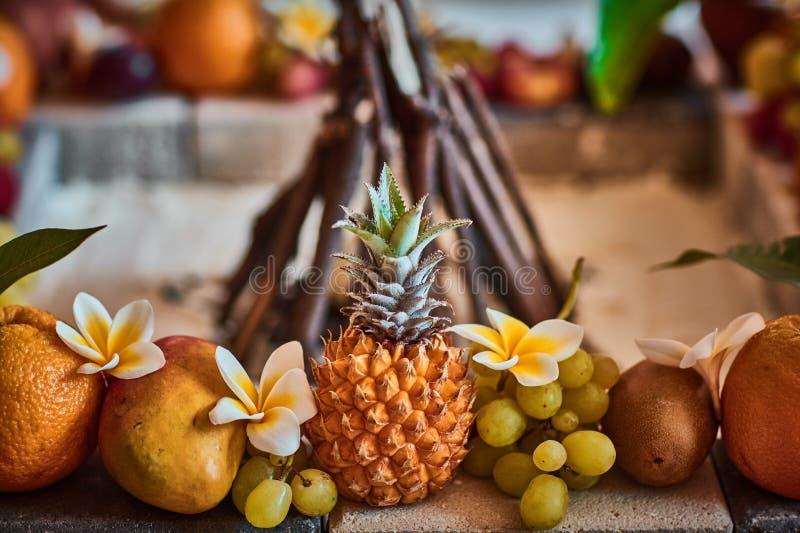 Beaux fruits disposés avec le fond brouillé photo stock