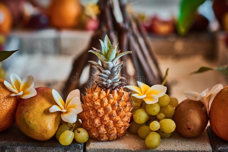 Beaux fruits disposés avec le fond brouillé image stock