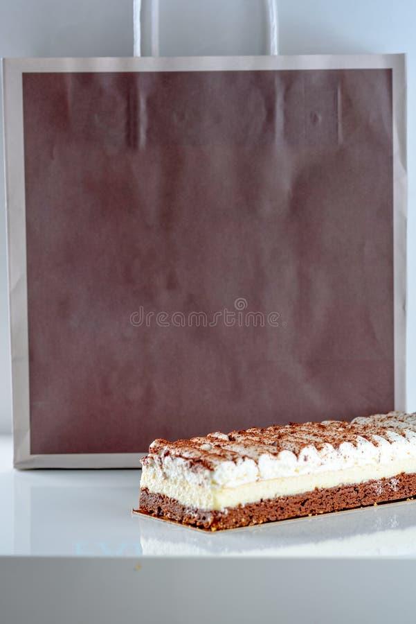 Beaux g?teaux au fromage d?licieux de dessert sur le fond de sac de papier d'eco photo stock
