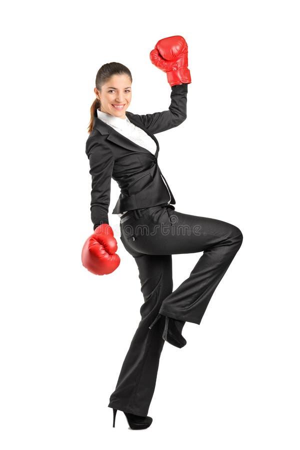 Beaux gants de boxe s'usants de femme d'affaires images libres de droits