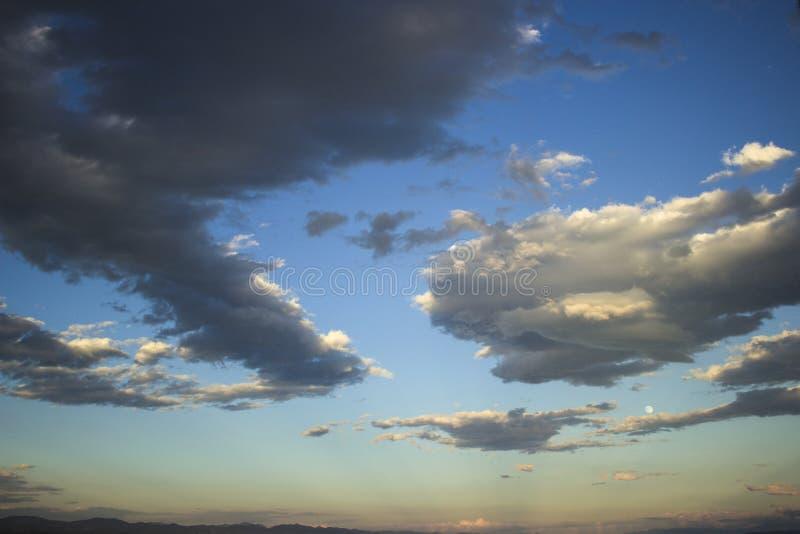 Beaux grands nuages et ciel bleu avec des montagnes et le clair de lune images libres de droits