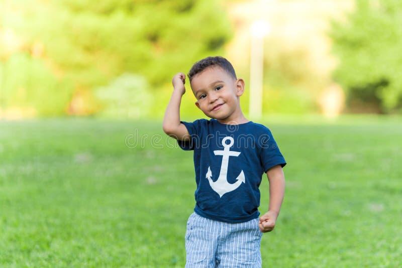 Beaux jeu et fonctionnement de garçon en parc dehors photos stock