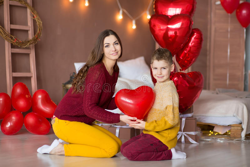 Beaux jeune mère mignonne de maman de brune avec son garçon beau d'adolescent se tenant et heureux ensemble Femme dedans image libre de droits