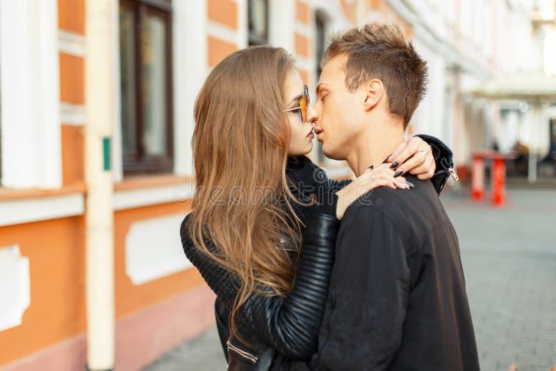 Beaux jeunes amants de couples dans étreindre à la mode de vêtements photo libre de droits