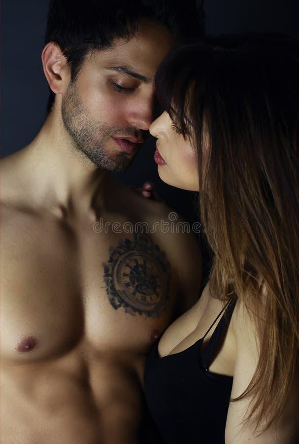 Beaux jeunes baisers de couples images stock