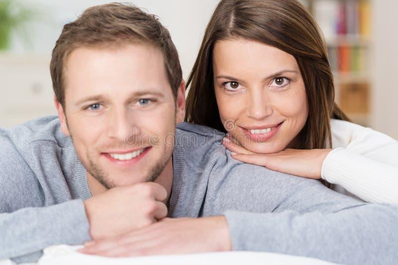 Beaux jeunes couples affectueux photo libre de droits