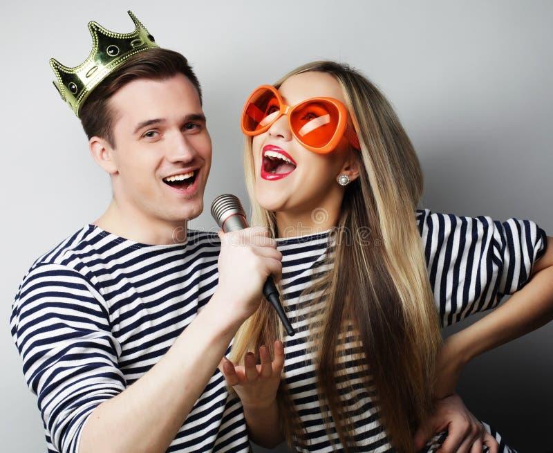 Beaux jeunes couples affectueux prêts pour la partie photographie stock libre de droits