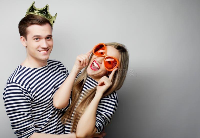 Beaux jeunes couples affectueux prêts pour la partie images stock