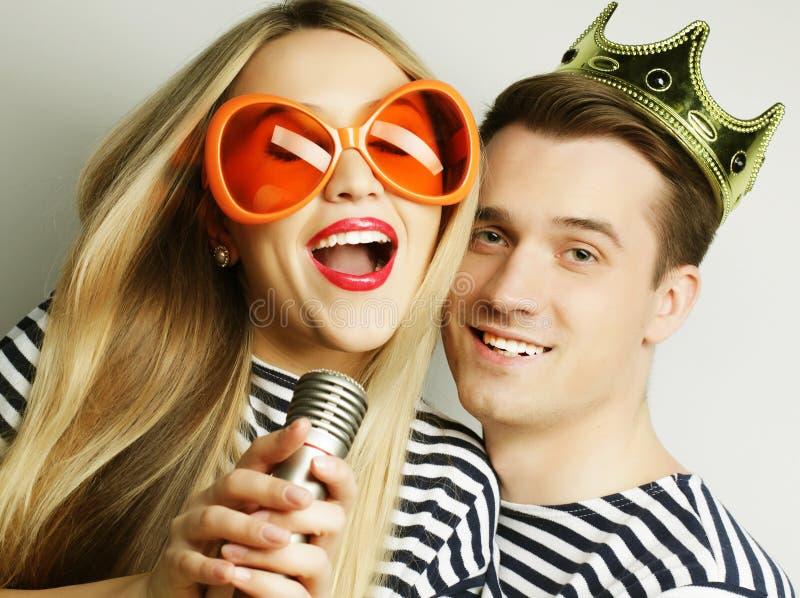 Beaux jeunes couples affectueux prêts pour la partie photos libres de droits