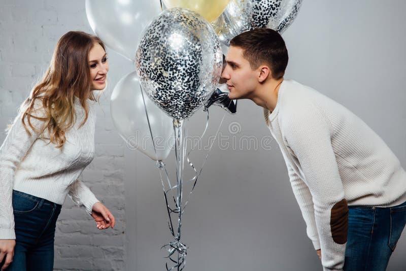 Beaux jeunes couples attrayants célébrant un anniversaire ou des vacances de jour du ` s de Valentine images libres de droits