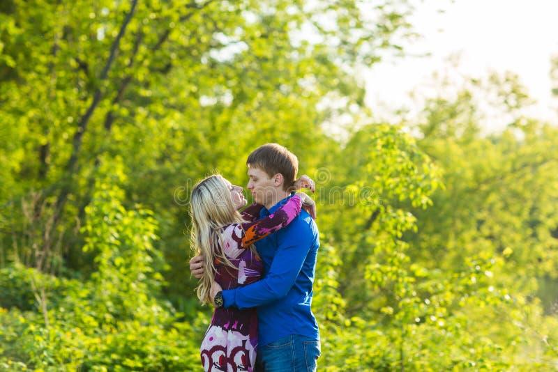 Beaux jeunes couples d'amour étreignant en parc image libre de droits