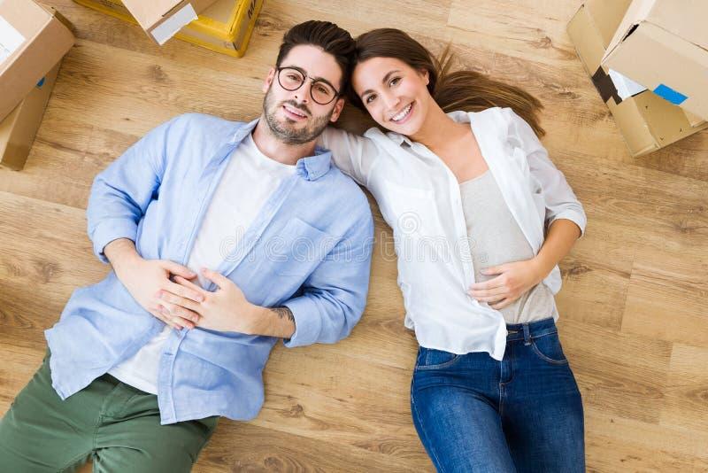Beaux jeunes couples dans l'amour dans leur nouvelle maison photographie stock libre de droits