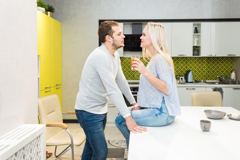 Beaux jeunes couples dans la cuisine face ? face image libre de droits