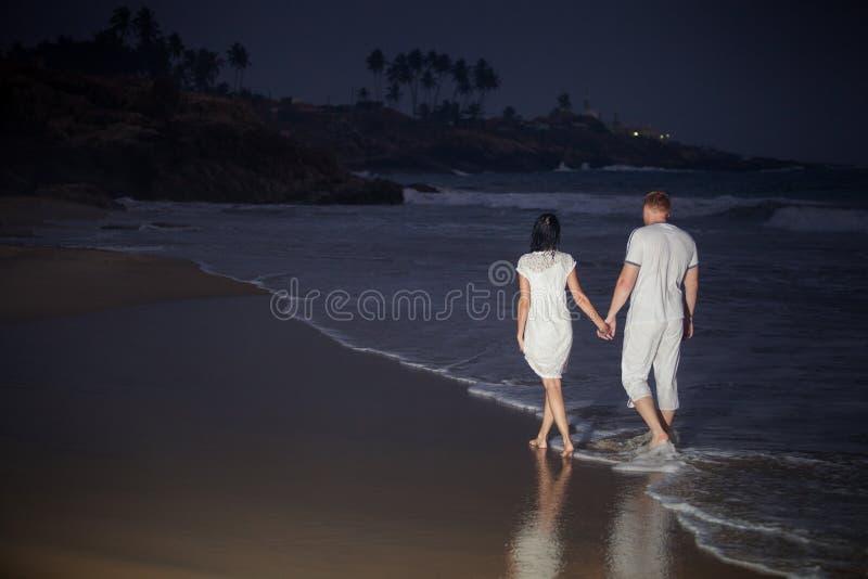 Beaux jeunes couples dans le blanc image stock