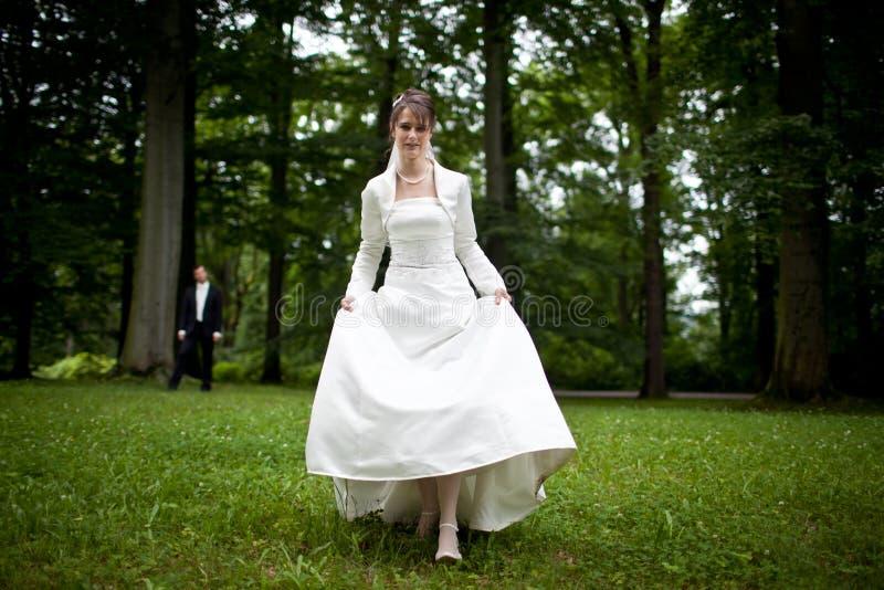 Beaux jeunes couples de mariage photos stock