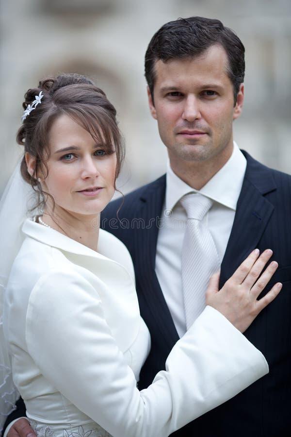 Beaux jeunes couples de mariage images libres de droits