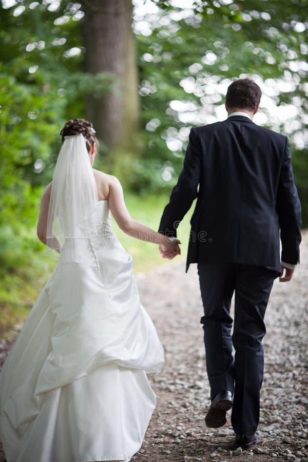 Beaux jeunes couples de mariage photo stock
