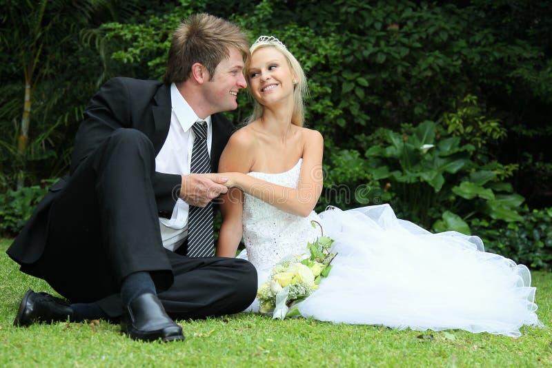 Beaux jeunes couples de mariage images stock