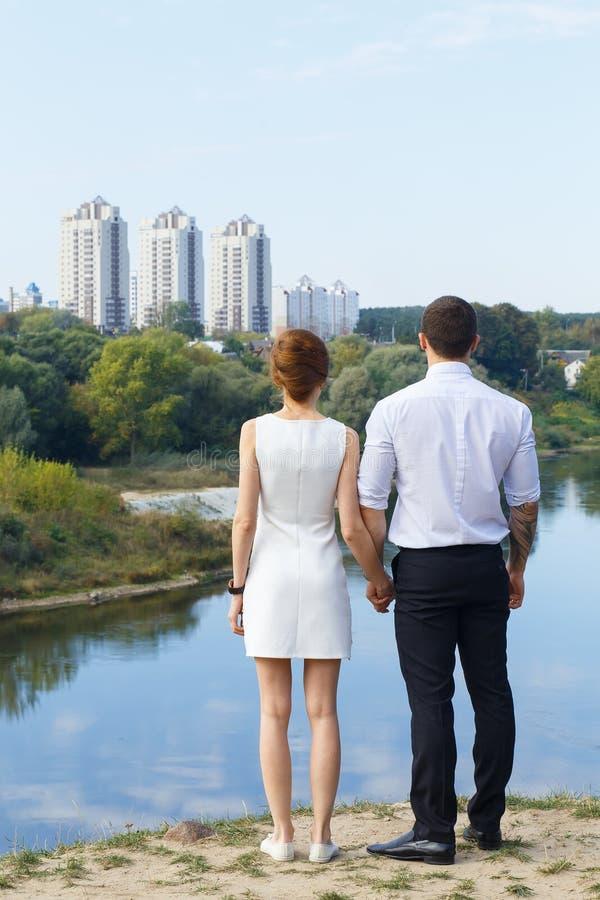 Beaux jeunes couples envisageant l'avenir photographie stock libre de droits