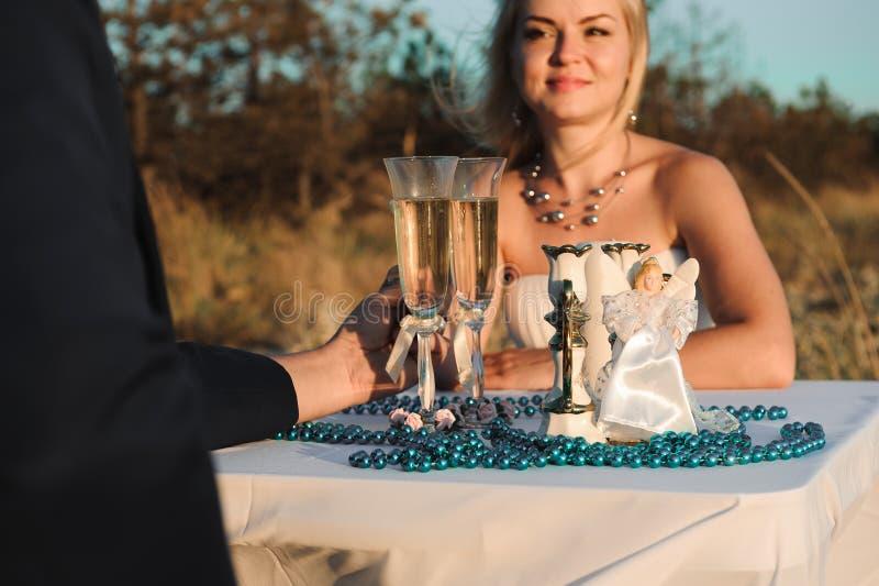 Beaux jeunes couples gais élégants pendant le jour du mariage de bord de la mer photos libres de droits