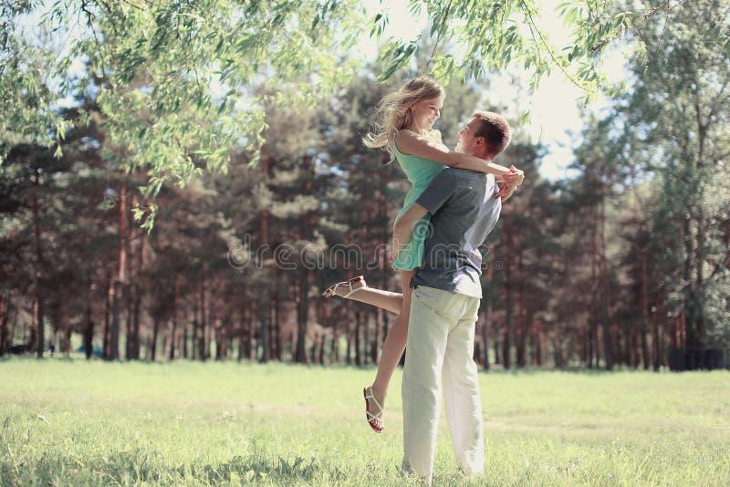 Beaux jeunes couples heureux de photo tendre dans l'amour image stock