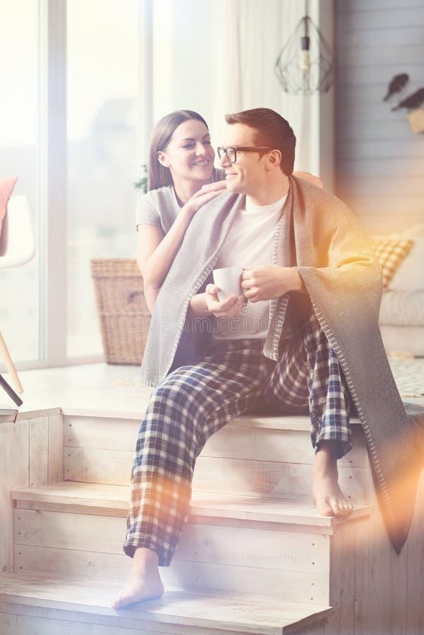 Beaux jeunes couples partageant un grand matin image stock