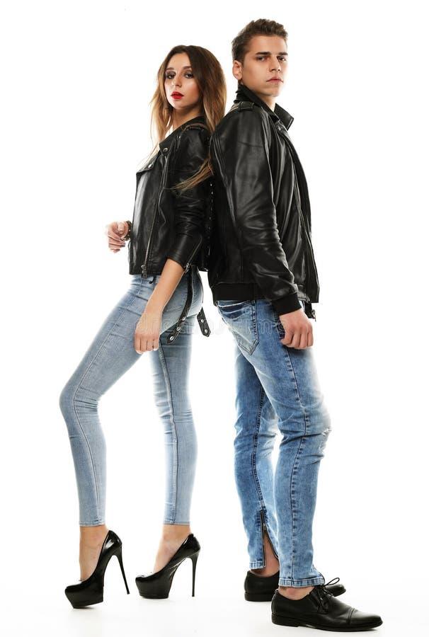Beaux jeunes couples posant et étreignant sur un fond, une passion et une tendresse blancs, concept à la mode image stock
