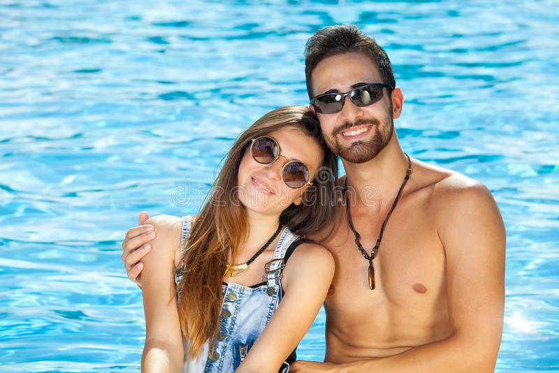 Beaux jeunes couples sains bronzés image stock