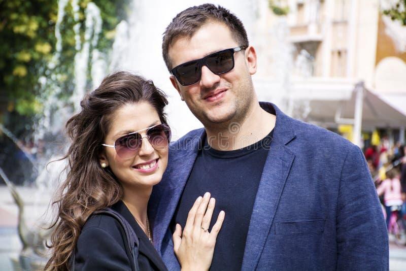 Beaux jeunes couples souriant et étreignant extérieur image libre de droits