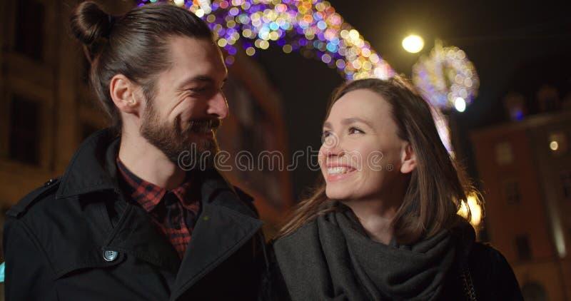 Beaux jeunes couples une date de nuit photo stock