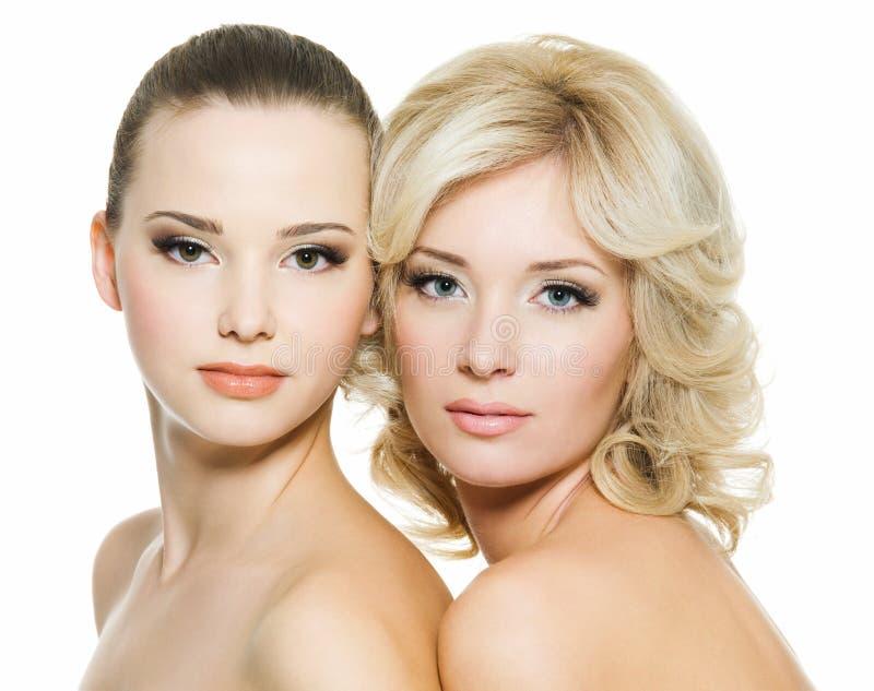 Beaux jeunes femmes adultes sexy posant sur le blanc photos libres de droits
