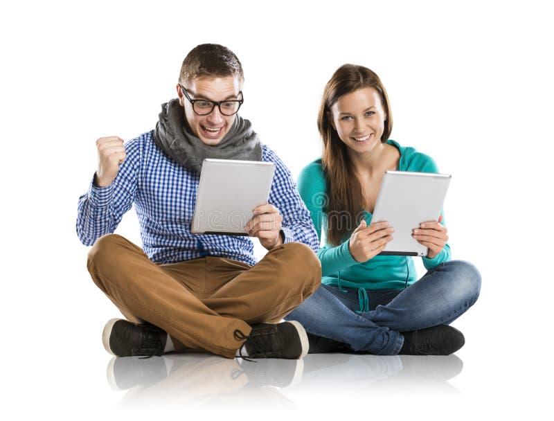 Homme et femme avec le comprimé images libres de droits