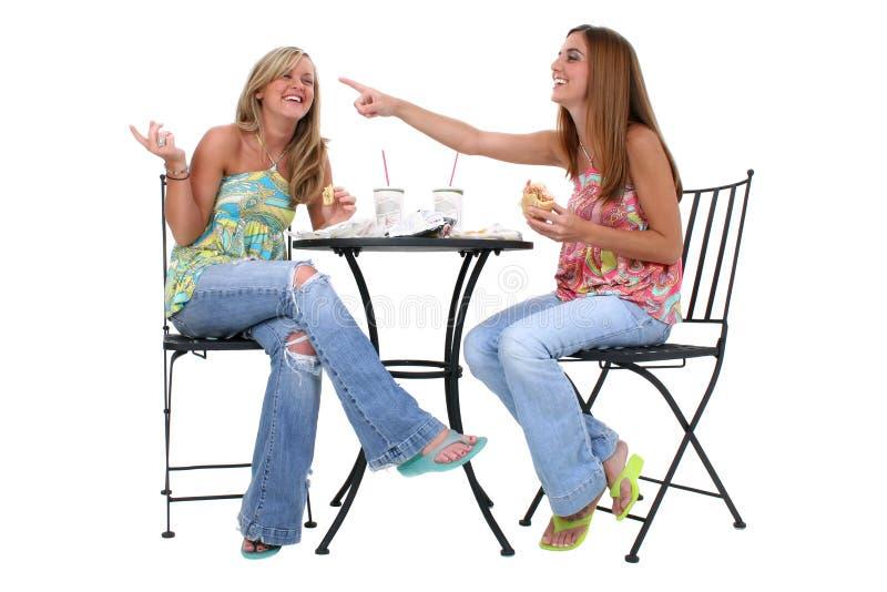 Beaux jeunes femmes prenant le déjeuner ensemble photos stock