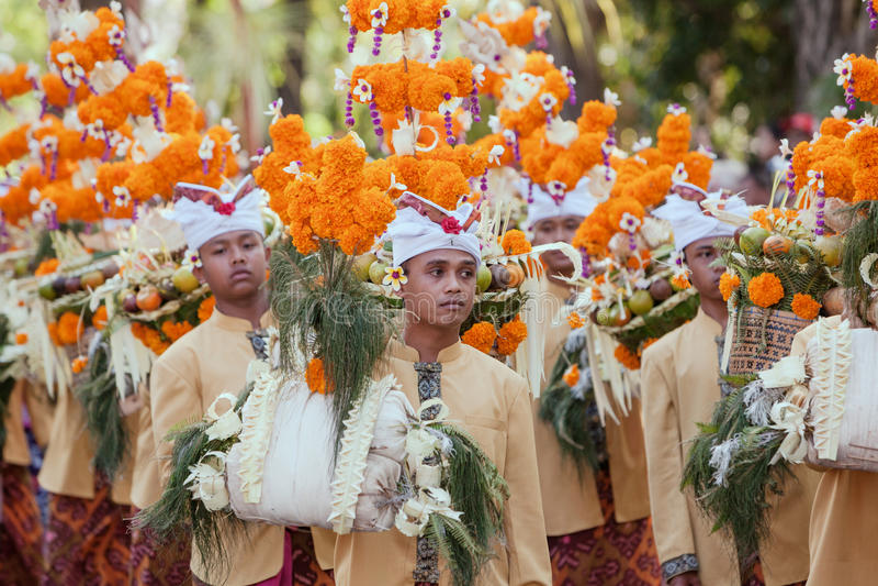 Beaux jeunes hommes dans des costumes traditionnels de personnes de Balinese photographie stock libre de droits