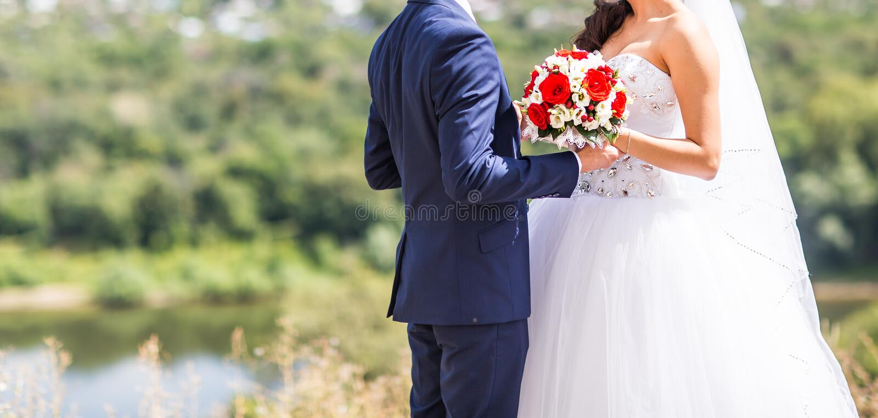 Beaux jeunes mariés heureux élégants, épousant des célébrations dehors photos libres de droits