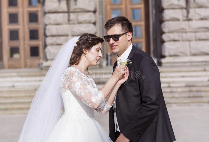 Beaux jeunes mariés se préparant au mariage extérieur photo stock